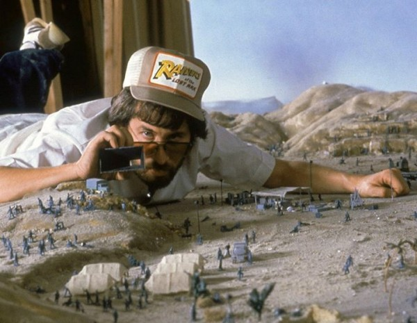 Steven-Spielberg-on-the-set-of-Raiders-of-the-Lost-Ark-600x465